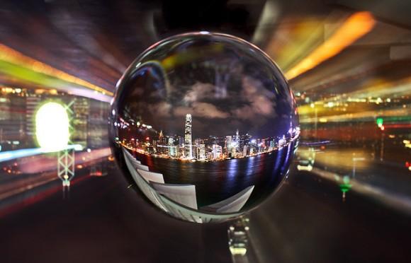 Une ville vue à travers une boule de crystal.
