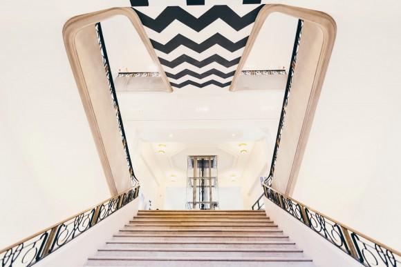 L'escalier principal, avec ses motifs géométriques.