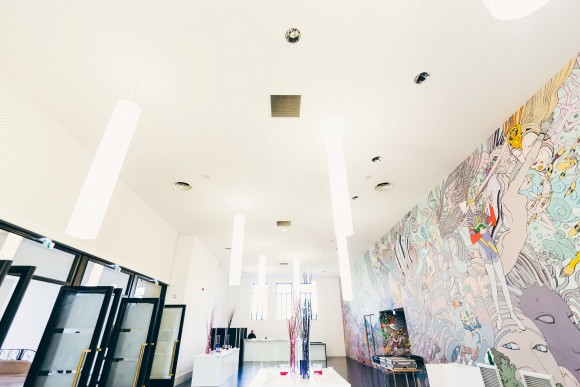 La salle principale décorée par la fresque Mœbius