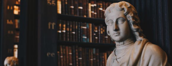 photo bibliothèque avec statue